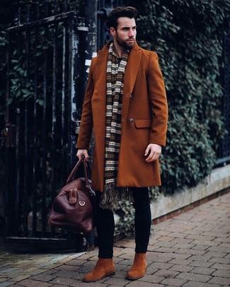 Как и с чем носить: табачное длинное пальто, черные зауженные джинсы, табачные замшевые ботинки челси, темно-коричневая кожаная дорожная сумка