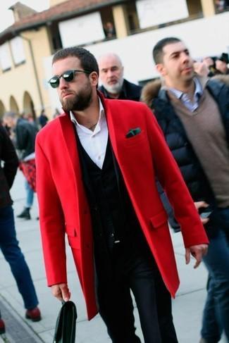 Как и с чем носить: красное длинное пальто, черный кардиган, белая классическая рубашка, темно-синие классические брюки