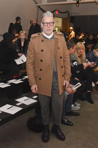 """Как Nick Wooster носит Светло-коричневое длинное пальто, Черно-белый кардиган в клетку, Белая классическая рубашка, Серые шерстяные классические брюки с узором """"в ёлочку"""""""