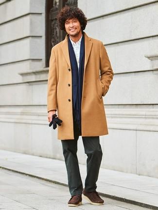 Как и с чем носить: светло-коричневое длинное пальто, серый кардиган, белая классическая рубашка в клетку, черные брюки чинос