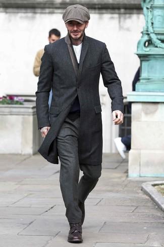 Как и с чем носить: черное длинное пальто, темно-синий кардиган, белая лонгслив с горловиной на пуговицах в вертикальную полоску, темно-серые шерстяные классические брюки