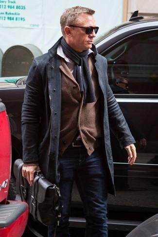 Как Daniel Craig носит Черное длинное пальто, Коричневый кардиган, Белая рубашка с длинным рукавом, Темно-синие джинсы