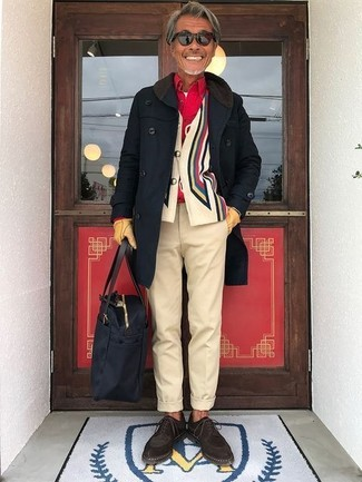 Как и с чем носить: черное длинное пальто, разноцветный кардиган с принтом, красная рубашка с длинным рукавом, белая футболка с круглым вырезом