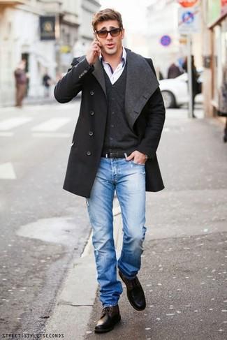 Синие рваные джинсы: с чем носить и как сочетать мужчине: Создав лук из темно-серого длинного пальто и синих рваных джинсов, можно смело отправляться на свидание с девушкой или мероприятие с коллегами в расслабленной обстановке. Любители необычных луков могут закончить лук темно-коричневыми кожаными повседневными ботинками, тем самым добавив в него чуточку изысканности.