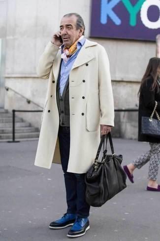 Бежевое длинное пальто: с чем носить и как сочетать: Бежевое длинное пальто и темно-синие джинсы — хороший мужской ансамбль для ужина в ресторане. Любители экспериментировать могут завершить лук синими кожаными туфлями дерби, тем самым добавив в него толику изысканности.