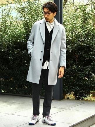 С чем носить черный кардиган мужчине: Черный кардиган и темно-серые шерстяные брюки чинос — обязательные вещи в гардеробе джентльменов с чувством стиля. Чтобы образ не казался слишком строгим, подумай о контрастных деталях: бело-темно-синих низких кедах из плотной ткани.