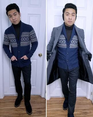 Темно-синий кардиган с отложным воротником с жаккардовым узором: с чем носить и как сочетать мужчине: Несмотря на то, что это весьма сдержанный образ, тандем темно-синего кардигана с отложным воротником с жаккардовым узором и темно-синих классических брюк всегда будет нравиться стильным мужчинам, неминуемо пленяя при этом дамские сердца. Закончи лук темно-синими замшевыми повседневными ботинками, если не хочешь, чтобы он получился слишком формальным.