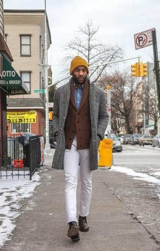 """Как и с чем носить: серое длинное пальто с узором """"в ёлочку"""", коричневый кардиган с отложным воротником, синяя джинсовая рубашка, белые джинсы"""