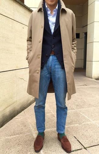 Как и с чем носить: светло-коричневое длинное пальто, черный кардиган с отложным воротником, голубая классическая рубашка в вертикальную полоску, синие джинсы
