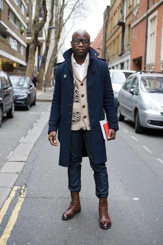Темно-синее длинное пальто и темно-синие джинсы — хороший вариант делового повседневного образа. Этот образ идеально дополнят коричневые кожаные классические ботинки.