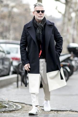 Как и с чем носить: черно-белое длинное пальто, черный кардиган, черная футболка с круглым вырезом, белые брюки чинос