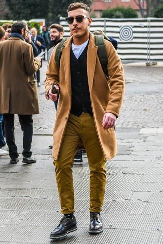 Как и с чем носить: светло-коричневое длинное пальто, черный кардиган, белая футболка с круглым вырезом, горчичные брюки чинос