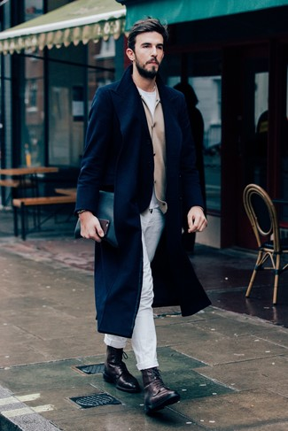 Как и с чем носить: темно-синее длинное пальто, светло-коричневый кардиган, белая футболка с круглым вырезом, белые брюки чинос