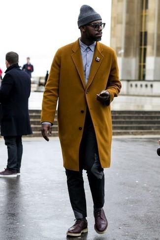 Как и с чем носить: табачное длинное пальто, светло-фиолетовая классическая рубашка, черные брюки чинос, темно-коричневые кожаные броги