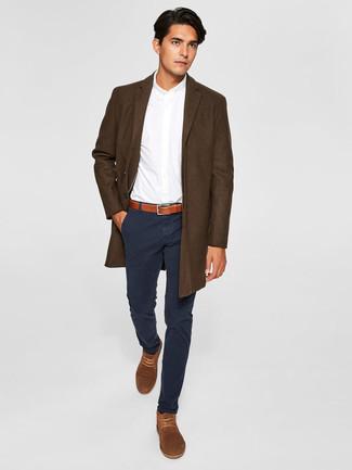 Темно-коричневое длинное пальто: с чем носить и как сочетать: Если ты приписываешь себя к той редкой группе парней, неплохо разбирающихся в модных тенденциях, тебе подойдет тандем темно-коричневого длинного пальто и черных брюк чинос. Чтобы лук не получился слишком вычурным, можешь надеть коричневые замшевые ботинки дезерты.