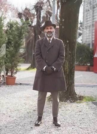 Черные кожаные перчатки: с чем носить и как сочетать мужчине: Сочетание темно-коричневого длинного пальто и черных кожаных перчаток - очень практично, и поэтому идеально для повседневой носки. Думаешь добавить сюда нотку элегантности? Тогда в качестве обуви к этому образу, стоит выбрать темно-коричневые кожаные повседневные ботинки.