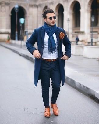 С чем носить темно-коричневые носки мужчине: Темно-синее длинное пальто и темно-коричневые носки помогут создать несложный и функциональный лук для выходного дня в парке или вечера в пабе с друзьями. Хочешь привнести сюда нотку строгости? Тогда в качестве обуви к этому луку, выбери табачные кожаные монки с двумя ремешками.