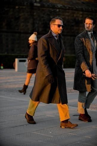 Мужские луки в стиле смарт-кэжуал: Сочетание темно-коричневого длинного пальто и табачных вельветовых брюк чинос однозначно будет привлекать взоры прекрасных женщин. Любители необычных луков могут завершить лук темно-коричневыми замшевыми лоферами, тем самым добавив в него немного строгости.