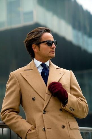 Как и с чем носить: светло-коричневое длинное пальто, белая классическая рубашка, темно-синий галстук, темно-красные замшевые перчатки