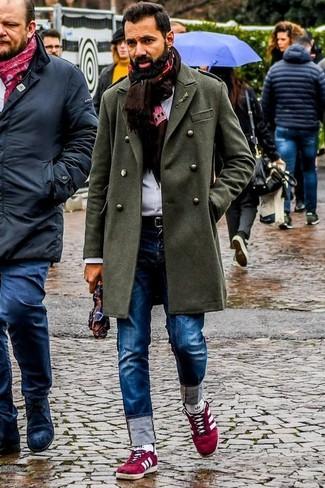 Как и с чем носить: оливковое длинное пальто, белая классическая рубашка, синие джинсы, красные замшевые низкие кеды