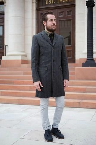 Как и с чем носить: темно-серое длинное пальто, оливковая классическая рубашка с принтом, серые джинсы, темно-синие замшевые ботинки дезерты