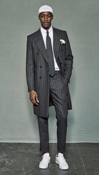 Как и с чем носить: серое длинное пальто в вертикальную полоску, белая классическая рубашка, серые классические брюки в вертикальную полоску, белые низкие кеды