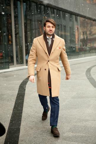 Как и с чем носить: светло-коричневое длинное пальто, белая классическая рубашка, синие классические брюки, темно-коричневые замшевые лоферы