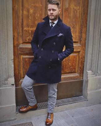 Как и с чем носить: темно-синее длинное пальто, белая классическая рубашка, серые шерстяные классические брюки, коричневые кожаные повседневные ботинки