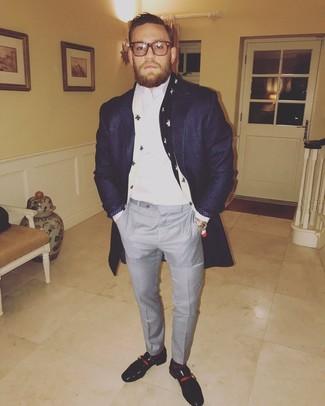 Как и с чем носить: темно-синее длинное пальто, белая классическая рубашка, серые классические брюки в клетку, черные кожаные лоферы