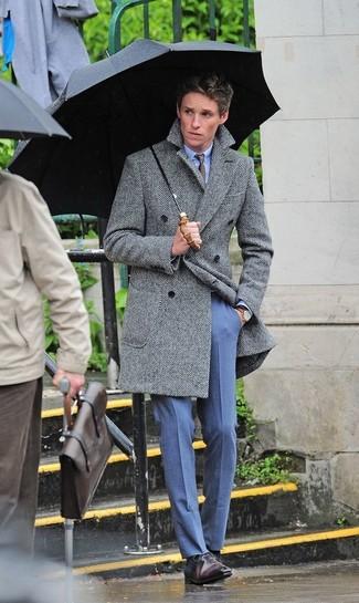 """Как и с чем носить: серое длинное пальто с узором """"в ёлочку"""", голубая классическая рубашка, синие классические брюки, темно-коричневые кожаные оксфорды"""