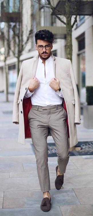 Как и с чем носить: бежевое длинное пальто, белая классическая рубашка, бежевые классические брюки в клетку, темно-коричневые замшевые лоферы с кисточками