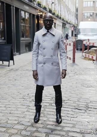 Как и с чем носить: серое длинное пальто, белая классическая рубашка, черные классические брюки, черные кожаные ботинки челси