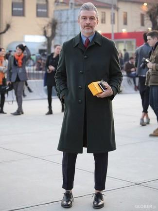 Как и с чем носить: темно-зеленое длинное пальто, синяя классическая рубашка, черные классические брюки, черные кожаные оксфорды
