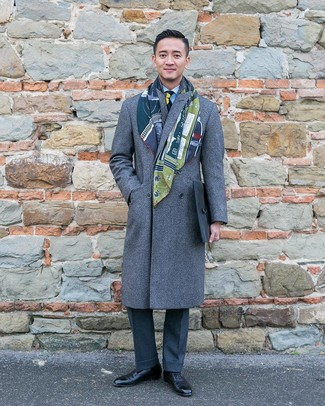 Как и с чем носить: серое длинное пальто, голубая классическая рубашка в вертикальную полоску, темно-серые классические брюки, черные кожаные оксфорды