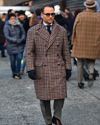 """Как и с чем носить: коричневое длинное пальто с узором """"гусиные лапки"""", голубая классическая рубашка в вертикальную полоску, темно-серые классические брюки в шотландскую клетку, темно-коричневые кожаные туфли дерби"""