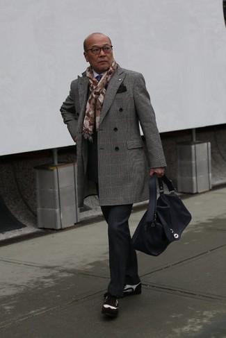 Как и с чем носить: серое длинное пальто в шотландскую клетку, белая классическая рубашка, черные классические брюки в шотландскую клетку, темно-коричневые замшевые броги