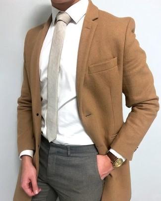Как и с чем носить: коричневое длинное пальто, белая классическая рубашка, серые классические брюки, бежевый галстук
