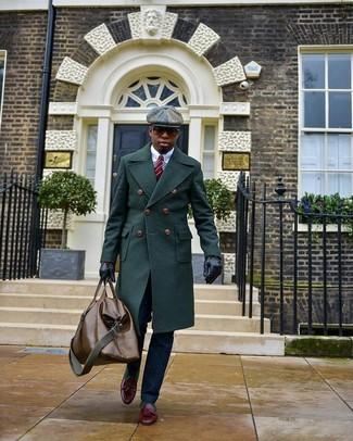 Как и с чем носить: темно-зеленое длинное пальто, белая классическая рубашка, темно-синие классические брюки, темно-красные кожаные лоферы с кисточками