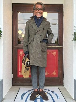 Как и с чем носить: оливковое длинное пальто, голубая классическая рубашка, серые шерстяные классические брюки, темно-коричневые замшевые оксфорды