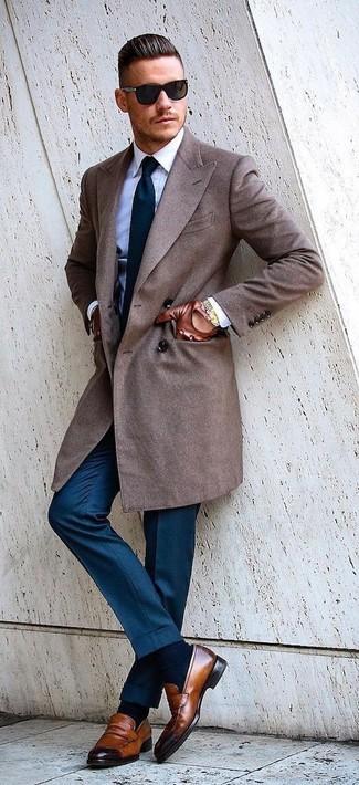 Как и с чем носить: коричневое длинное пальто, белая классическая рубашка, синие классические брюки, коричневые кожаные лоферы