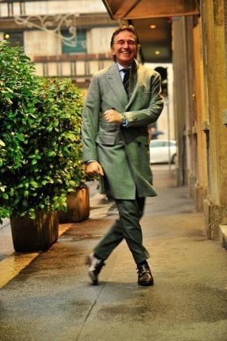 Рубашка: с чем носить и как сочетать мужчине: Сочетание рубашки и темно-зеленых классических брюк поможет создать эффектный мужской образ. Хотел бы добавить сюда нотку строгости? Тогда в качестве дополнения к этому луку, выбери темно-коричневые кожаные монки с двумя ремешками.