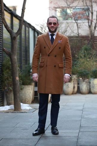 Темно-красные солнцезащитные очки: с чем носить и как сочетать мужчине: Если ты ценишь комфорт и практичность, табачное длинное пальто и темно-красные солнцезащитные очки — отличный выбор для расслабленного повседневного мужского ансамбля. Этот ансамбль обретает новое прочтение в сочетании с черными кожаными монками с двумя ремешками.
