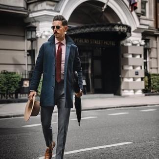 С чем носить темно-синие солнцезащитные очки мужчине: Такое лаконичное и удобное сочетание базовых вещей, как темно-синее длинное пальто и темно-синие солнцезащитные очки, полюбится джентльменам, которые любят проводить дни активно. Хотел бы сделать ансамбль немного элегантнее? Тогда в качестве дополнения к этому образу, обрати внимание на табачные кожаные лоферы.