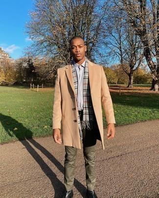С чем носить черный кожаный ремень мужчине: Если ты делаешь ставку на удобство и функциональность, светло-коричневое длинное пальто и черный кожаный ремень — прекрасный вариант для расслабленного мужского лука на каждый день. Думаешь добавить сюда нотку строгости? Тогда в качестве обуви к этому ансамблю, выбирай черные кожаные ботинки челси.