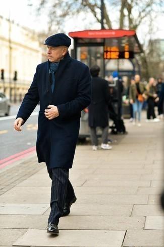 Мужские луки зима: Несмотря на то, что этот ансамбль выглядит довольно выдержанно, тандем темно-синего длинного пальто и темно-синих классических брюк в вертикальную полоску всегда будет нравиться стильным мужчинам, неминуемо пленяя при этом сердца женщин. Чтобы образ не получился слишком отполированным, можешь надеть черные кожаные ботинки челси. В зимнее время особенно важны тепло и уют. Этот образ даст и то, и другое без необходимости жертвовать стилем.