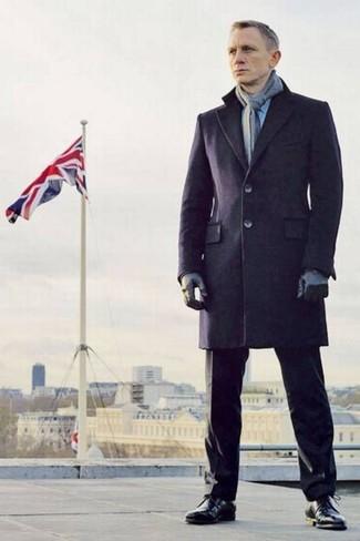 Как Daniel Craig носит Темно-синее длинное пальто, Черные классические брюки, Черные кожаные классические ботинки, Серый шарф