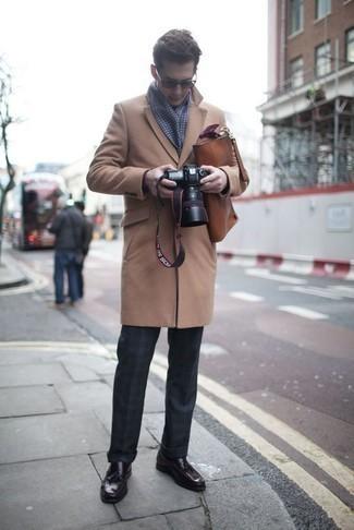 Коричневый кожаный портфель: с чем носить и как сочетать: Если ты делаешь ставку на комфорт и функциональность, светло-коричневое длинное пальто и коричневый кожаный портфель — хороший выбор для стильного повседневного мужского лука. И почему бы не добавить в повседневный ансамбль толику консерватизма с помощью темно-пурпурных кожаных лоферов с кисточками?