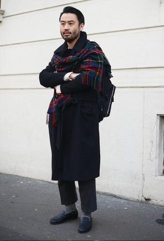 Темно-синее длинное пальто: с чем носить и как сочетать: Несмотря на то, что это достаточно консервативный образ, тандем темно-синего длинного пальто и темно-серых шерстяных классических брюк приходится по душе стильным мужчинам, а также пленяет сердца прекрасных дам. Не прочь поэкспериментировать? Тогда дополни лук темно-синими кожаными лоферами.