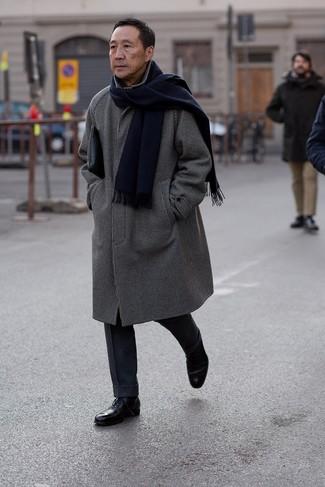 Как и с чем носить: черно-белое длинное пальто в клетку, темно-синие шерстяные классические брюки, черные кожаные оксфорды, черный кожаный мужской клатч