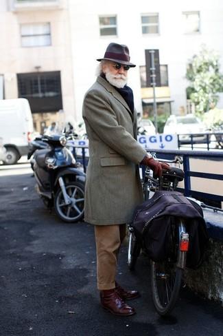 Как и с чем носить: серое длинное пальто, коричневые вельветовые классические брюки, темно-красные кожаные туфли дерби, темно-коричневая шерстяная шляпа